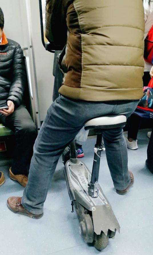 男子带电动滑板车入地铁车厢 上海地铁:不允许此行为