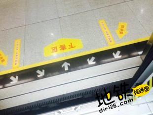 手机坠落地铁站台间缝隙 收班后取出完好无损