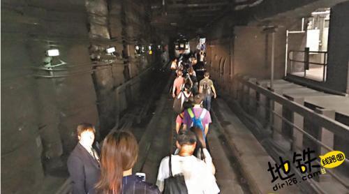 香港地铁下班高峰时段出故障 逾千乘客摸黑疏散