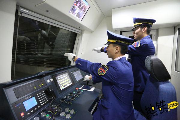"""地铁司机每天""""手指口呼""""指令1300余次"""