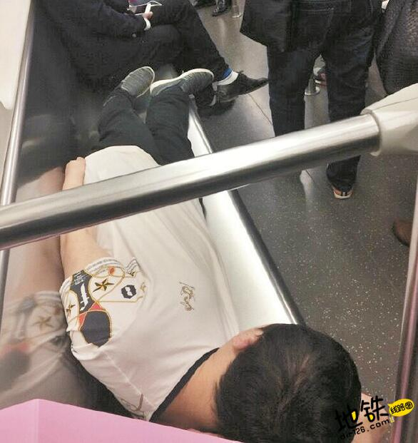 早高峰地铁上许多人没位子 男青年一人躺占四座