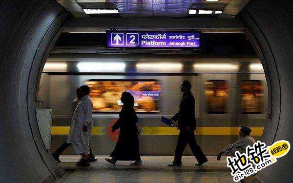 印度新德里地铁站内广告屏出问题 公然播放色情内容