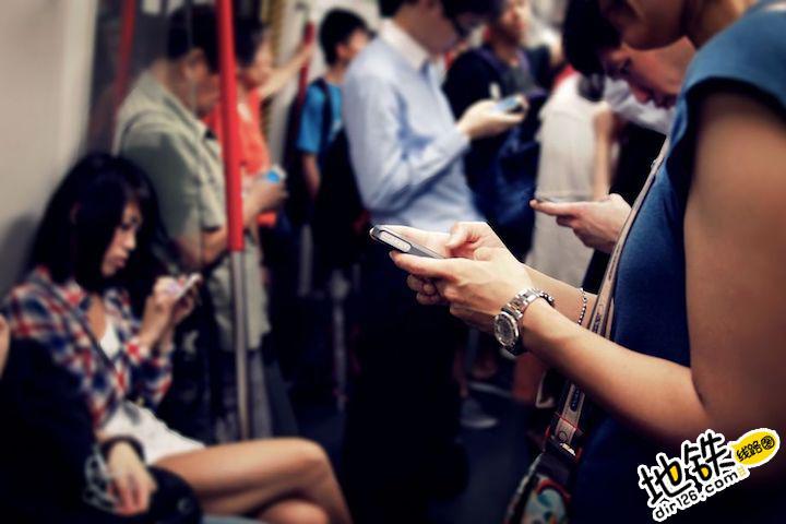 """坐地铁越拥挤,手机""""买买买""""几率越高"""
