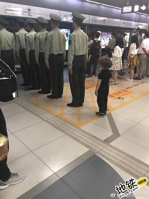 榜样的力量! 北京地铁军人排队等车