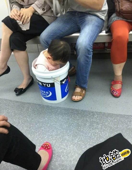 父亲乘地铁将孩子装桶内 是亲生的嘛?