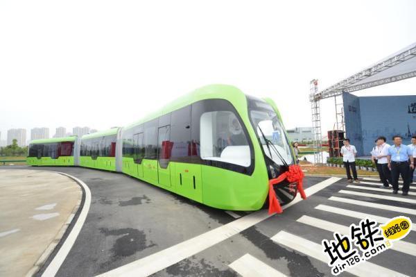 """中车发布全球首列""""无轨列车"""" 可在公路行驶"""