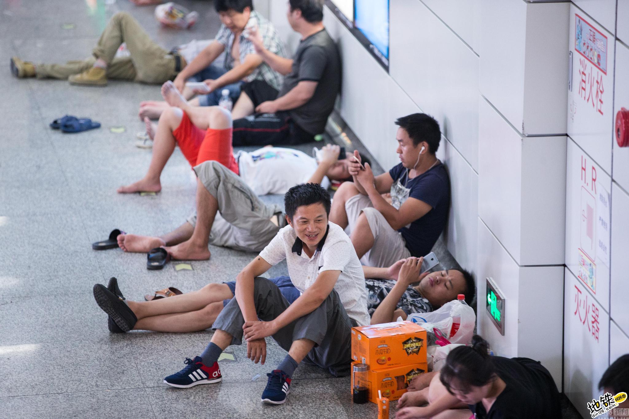 """地铁站里""""纳凉族""""扎堆 直接躺地上睡"""