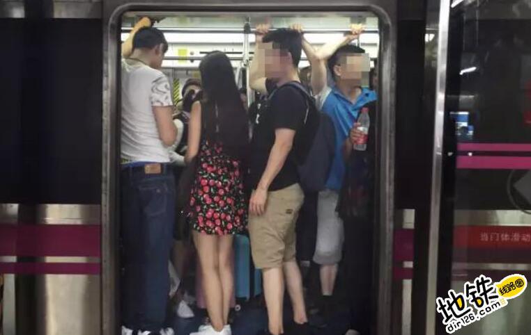 """地铁""""顶族""""竟也玩起了""""圈层社交""""?"""