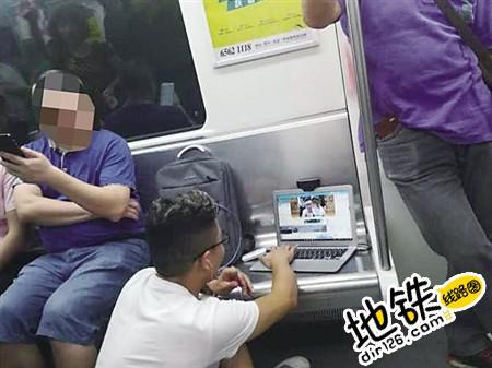 男子地铁车厢内占座直播 惹怒网友