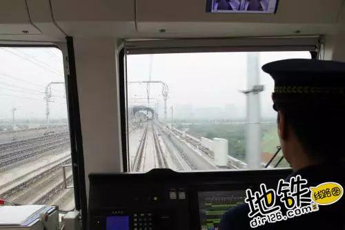 地铁司机开车的时候,内急了怎么办?
