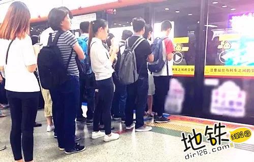 六招挤地铁小锦囊?小编一招完胜! 插队 客流 乘车 挤地铁 地铁 轨道动态  第3张