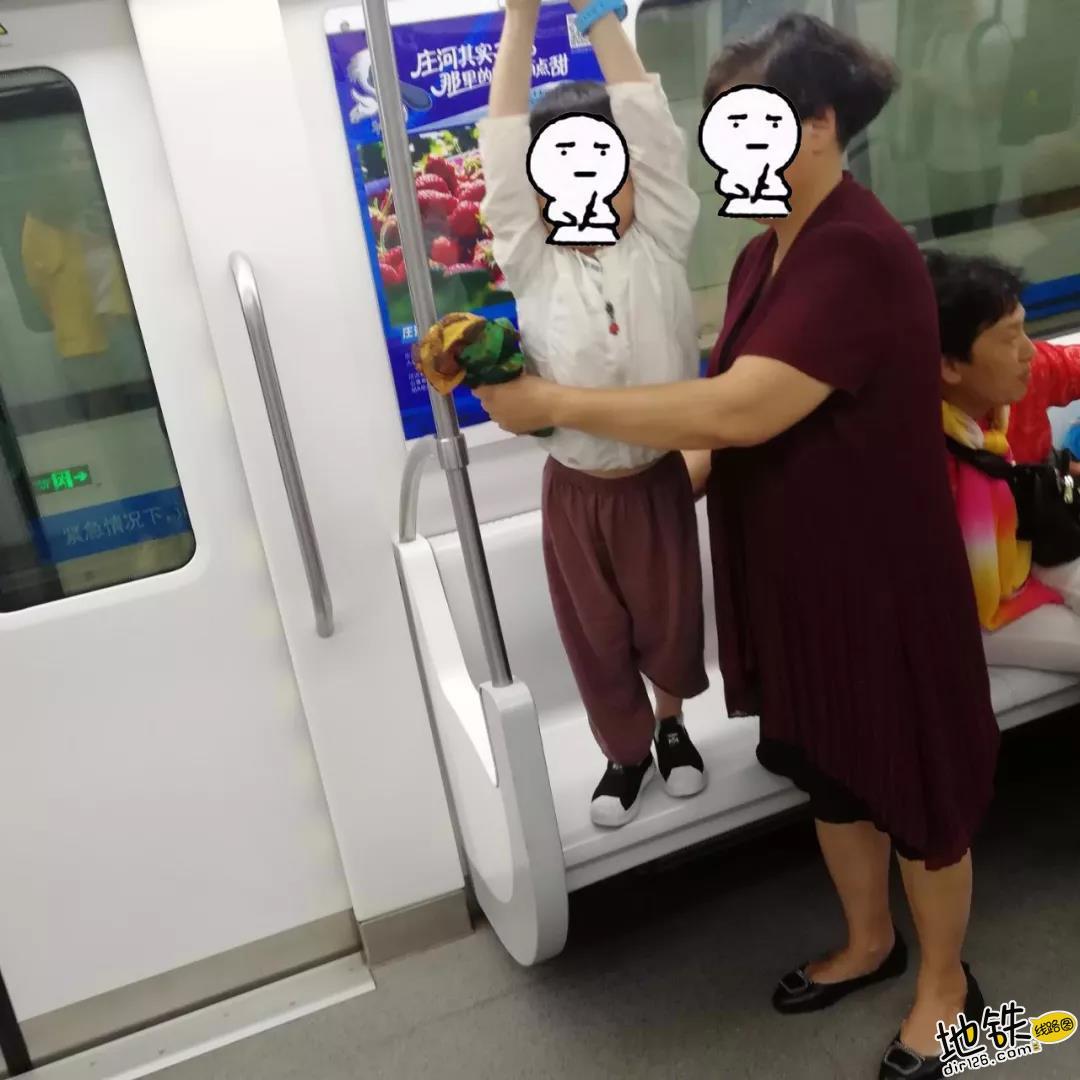 地铁上的素养与爱情!老奶奶无意占座,老伴温柔拉回身边 好评 文明乘车 爱情 素养 长春地铁 轨道动态  第8张