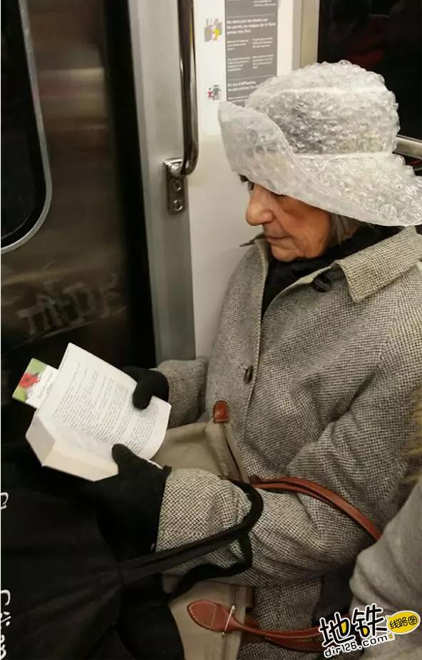 """开心一刻:地铁上的""""怪人"""",请开始你们的表演! 怪人 地铁 交通 城市 轨道休闲  第5张"""
