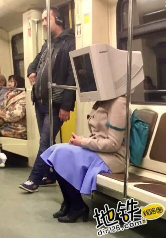 """开心一刻:地铁上的""""怪人"""",请开始你们的表演! 怪人 地铁 交通 城市 轨道休闲  第6张"""