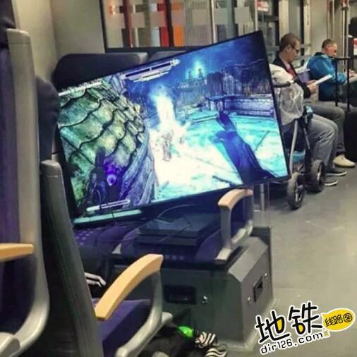 """开心一刻:地铁上的""""怪人"""",请开始你们的表演! 怪人 地铁 交通 城市 轨道休闲  第10张"""
