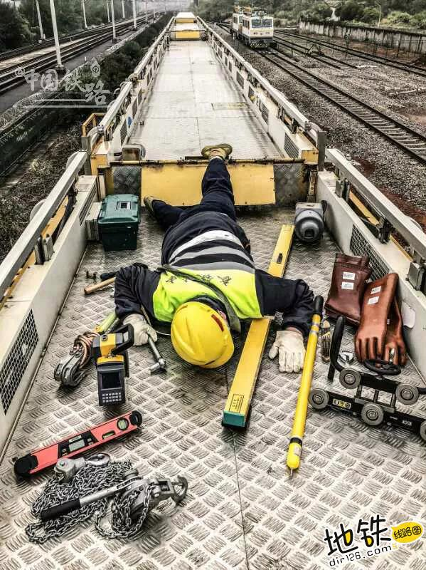 """各行各业都在""""摔倒炫富"""",怎么能少了铁路人? 铁路人 线路工 列车长 摔倒炫富 铁路 轨道休闲  第9张"""