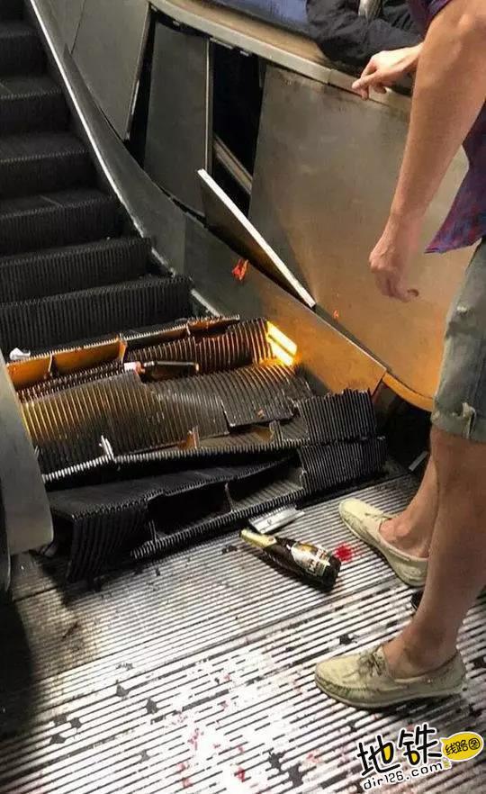 乘梯安全不容忽视 罗马地铁电扶梯遭球迷狂踩坍塌 安全 乘客 电扶梯 球迷 罗马地铁 轨道动态  第3张