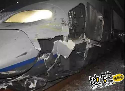 韩国载140余乘客高铁进站时撞上挖掘机