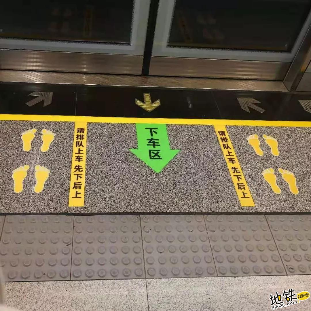 危险!乘坐地铁时请拒绝这种行为 安全 乘客 地铁 车厢 抢上抢下 轨道动态  第2张