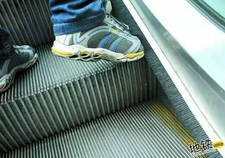 地铁站出入口扶梯两侧这一排毛刷到底有什么用? 乘客 安全 毛刷 扶梯 地铁站 轨道知识  第3张