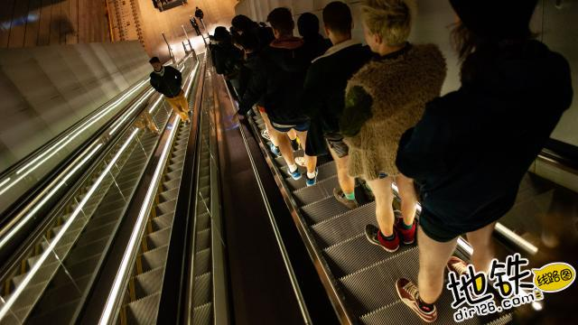 地铁无裤日 昨天荷兰人只穿内裤坐地铁了!