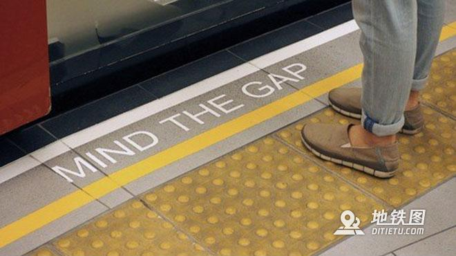 乘坐地铁手机不偏不倚掉缝儿里,网友:最担心的事发生了