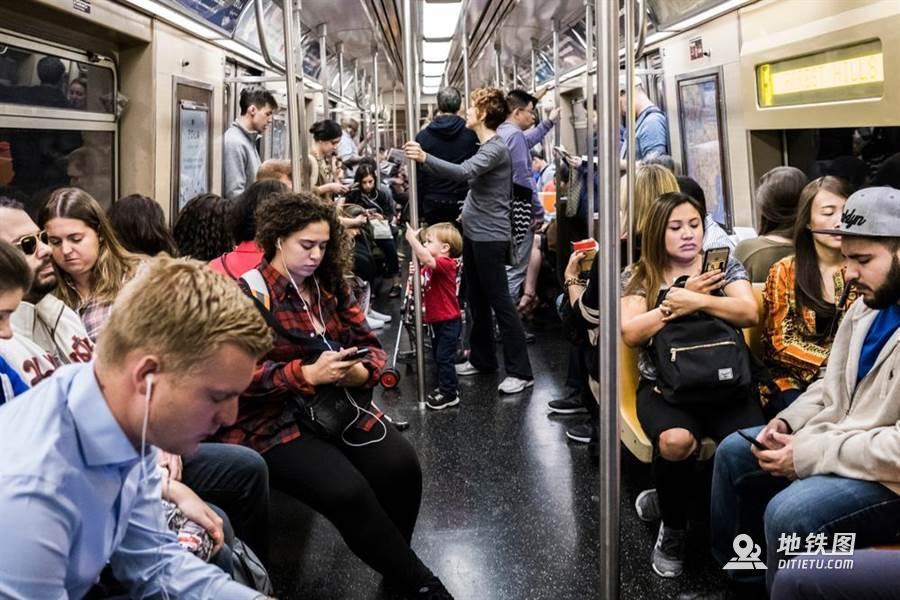 外星人突袭地铁?乘客低头超冷漠