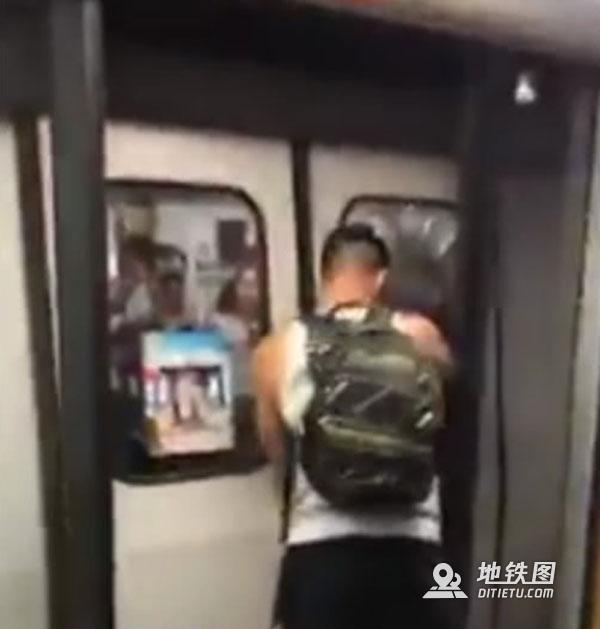 外籍男子扒开香港地铁门 香港网友怒了