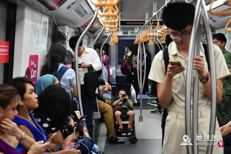 """新加坡地铁明年试行""""优先车厢""""计划 助有需要乘客找座位"""