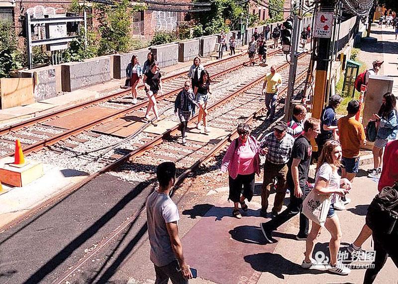 波士顿地铁列车出轨 10人受伤 服务受阻 出轨 波士顿 地铁 列车 轨道动态  第2张