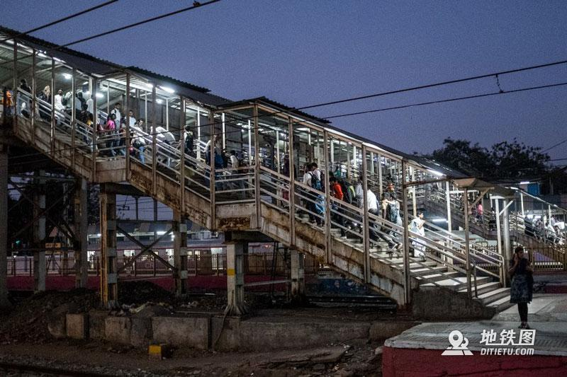 印度孟买地铁:无安检、检票,车门全程开着,有女性专用车厢  铁路 车厢 检票 安检 孟买地铁 轨道动态  第3张