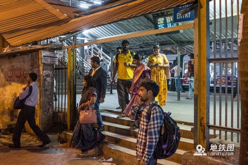 印度孟买地铁:无安检、检票,车门全程开着,有女性专用车厢  铁路 车厢 检票 安检 孟买地铁 轨道动态  第4张
