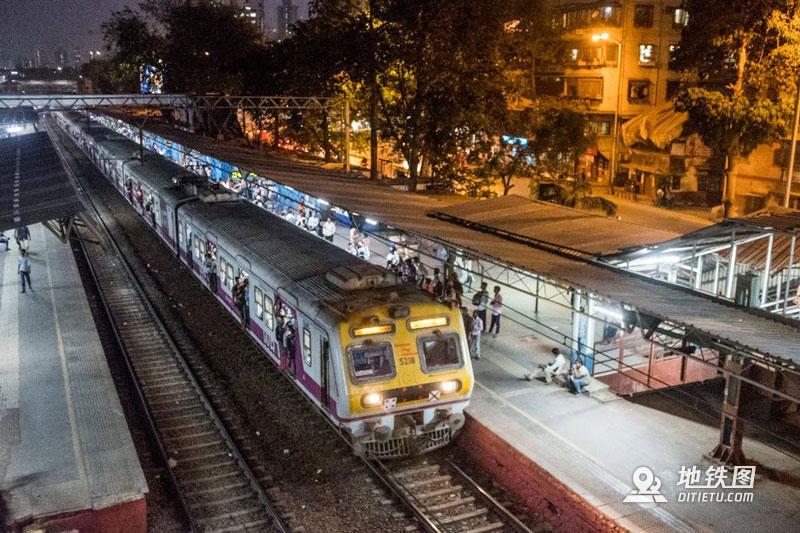 印度孟买地铁:无安检、检票,车门全程开着,有女性专用车厢  铁路 车厢 检票 安检 孟买地铁 轨道动态  第7张