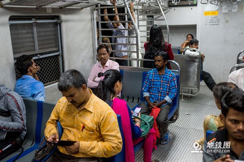 印度孟买地铁:无安检、检票,车门全程开着,有女性专用车厢  铁路 车厢 检票 安检 孟买地铁 轨道动态  第8张