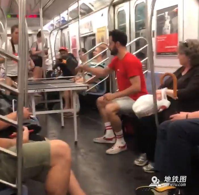 美国情侣自带球桌在纽约地铁上打起乒乓球引热议 乘客 地铁 乒乓球 桌球 球桌 轨道动态  第1张