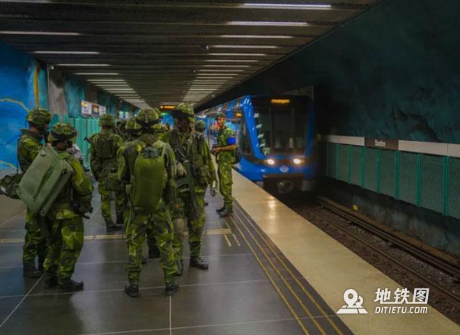 军费紧缺 阿根廷士兵乘坐地铁参加军事行动