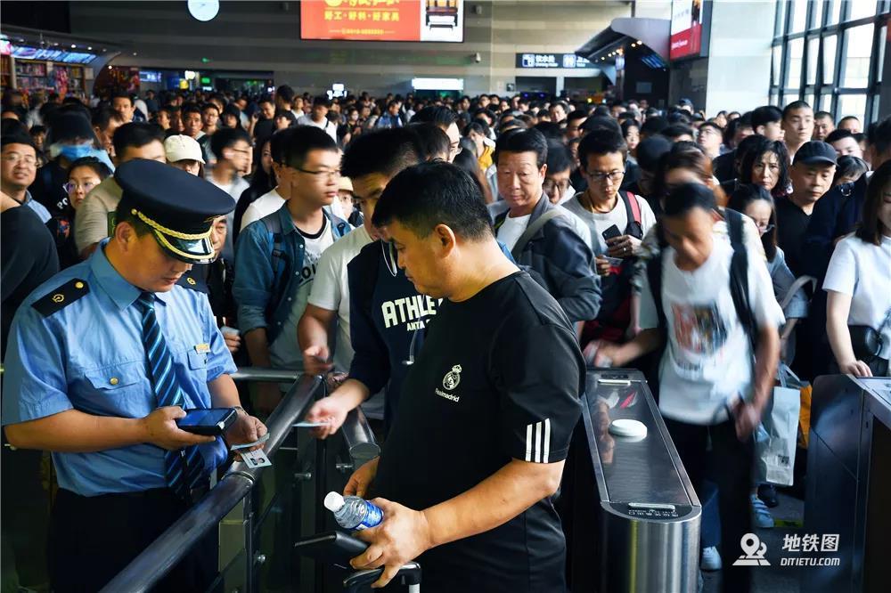 国庆出行高峰 铁路客流持续高位  高铁资讯  第2张
