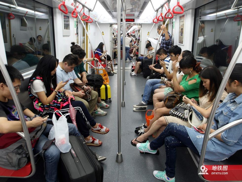"""地铁""""低头族""""只看手机 自己危险影响别人 安全 手机 低头族 地铁 轨道动态  第1张"""