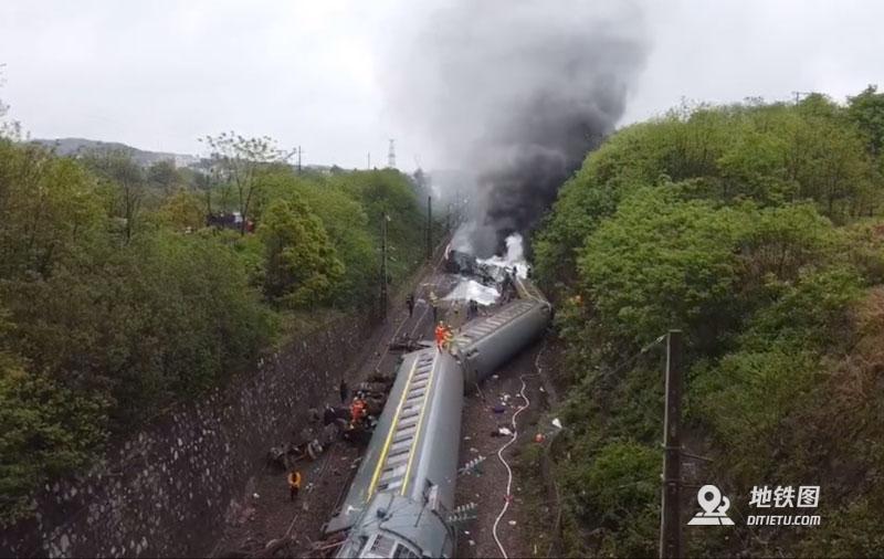 客运火车在湖南境内侧翻 车厢脱轨机头着火