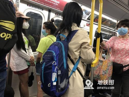 纽约复工后地铁车厢拥挤 华裔乘客表担忧