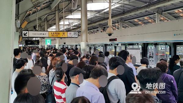 韩国首尔地铁发生追尾事故 或由信号器故障导致