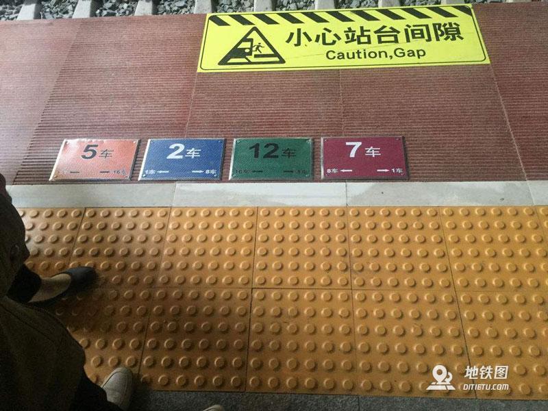 高铁站台上的4色地标看得懂吗?三步快速找到车厢位置