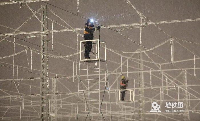 东北暴雪高铁接触网除冰,只能靠人工敲打?