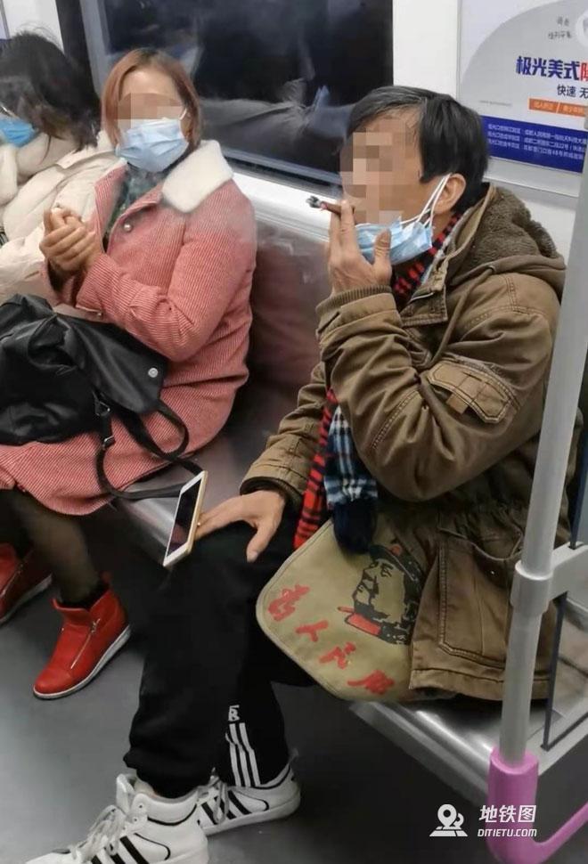 地鐵車廂內摘口罩吸煙并吐口水 成都一男子被行政拘留5日