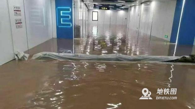 罕见暴雨致郑州地铁全线停运 12人死亡5人受伤