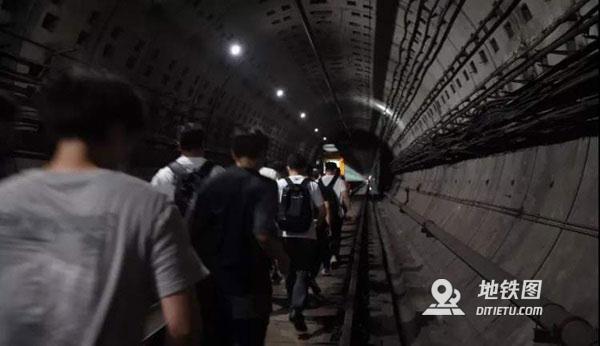 高峰時段地鐵突然迫停怎么辦?
